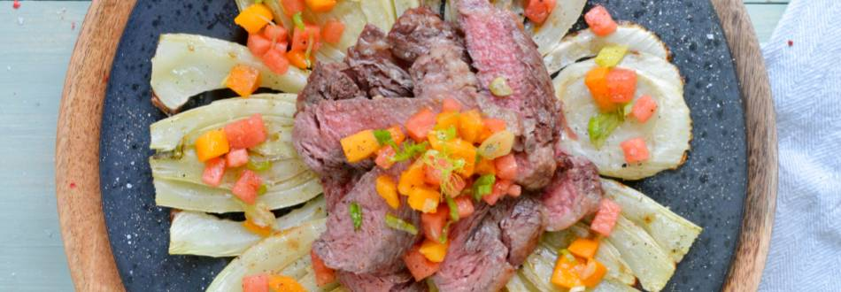 Bistecca Rib Eye su finocchi alla griglia con salsa all'anguria e albicocca