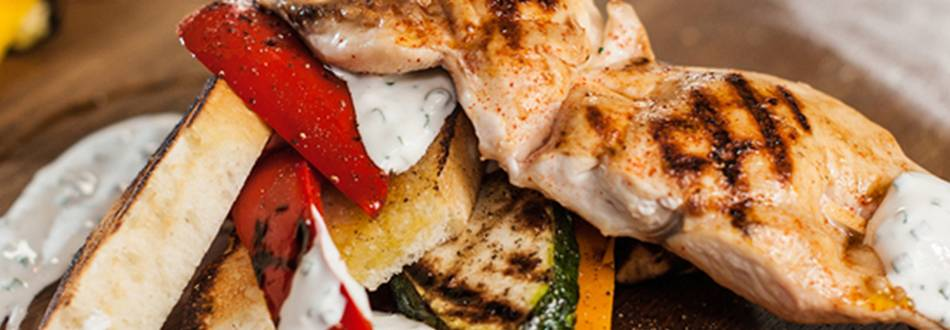 Spiedini di coscia di pollo con antipasto di verdura alla griglia