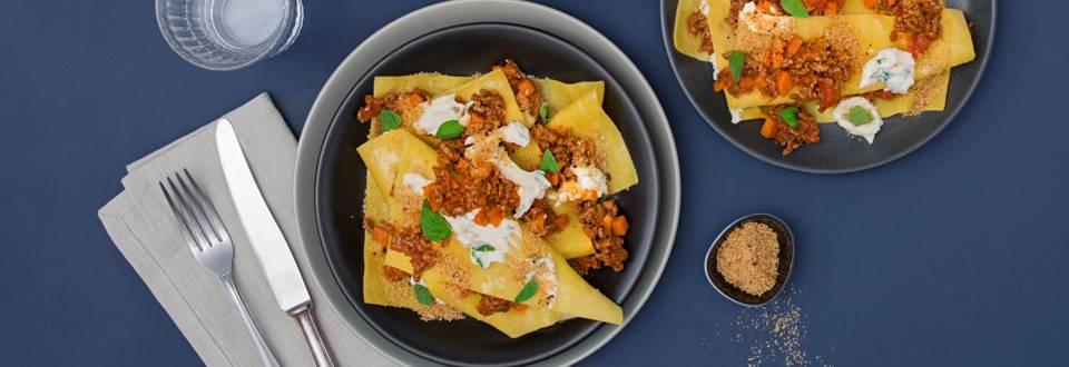 Lasagnetta aperta con sugo alla bolognese e crumble mediterraneo