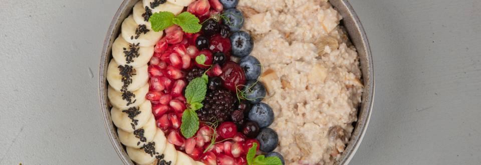Porridge con mele e cannella e contorno di frutta
