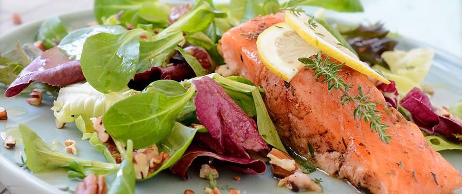 Salmone arrostito su bouquet di insalate