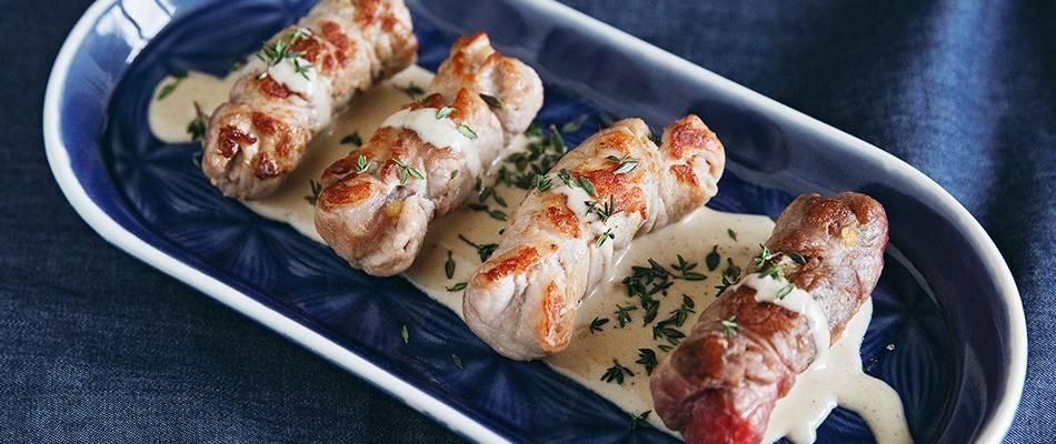 Involtini con ripieno di albicocche e salsa alla panna