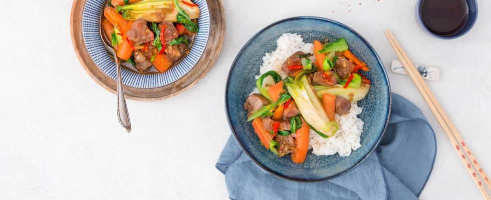 Wok tailandese con spezzatino di maiale e riso jasmine