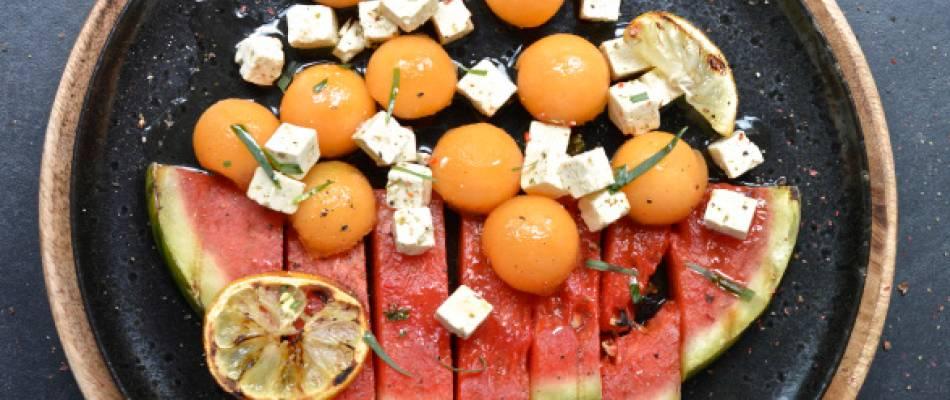 Insalata di anguria grigliata con cubetti di formaggio del pastore